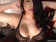 Scalding prexy slut vibrates pussy on cam