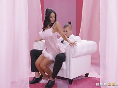 Tia Cyrus unexceptionally knows how to please her sexual needs with her friend