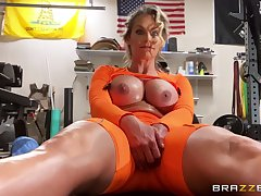 Athletic MILF Phoenix Marie gets herself off at the gym